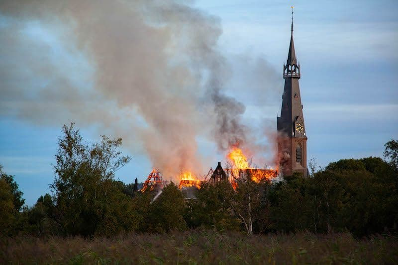St. Urbanuskerk Bovenkerk brandend op 15 september 2018