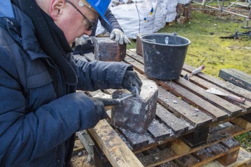 St. Urbanuskerk Bovenkerk - stenen uit de gewelven schoonmaken voor kerkherstel