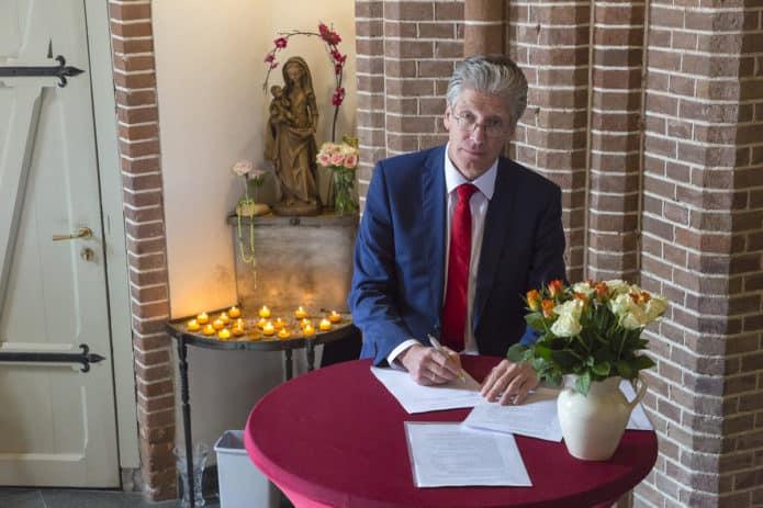 Secretaris Hans ten Rouwelaar tekent contract met aannemingsbedrijf Nico de Bont